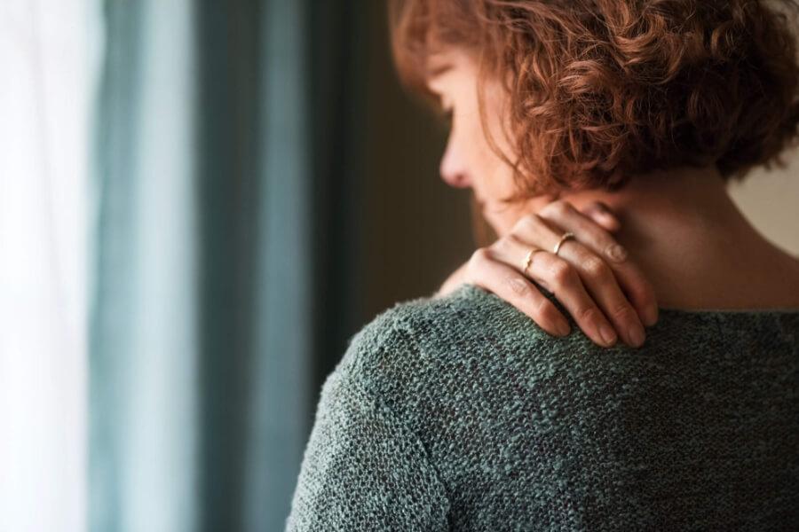 Dame med skuldersmerter